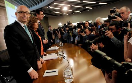 Cristóbal Montoro, Soraya Sáenz de Santamaría y José Manuel Soria (de izquierda a derecha), durante la rueda de prensa.