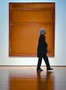 Una mujer cruza por delante de 'Naranja, rojo, amarillo', de Mark Rothko.
