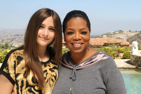 Paris Jackson, hija de Michael Jackson, junto a Oprah Winfrey.