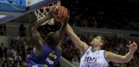 Jawai lucha con Felipe Reyes.