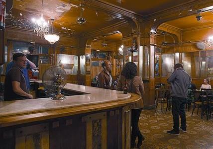 200 años de historia 8 Interior del bar Marsella, la semana pasada.