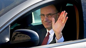 Letta saluda des del seu cotxe a larribar al palau del Quirinal, aquest divendres a Roma.