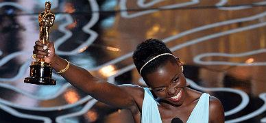 La actriz Lupita Nyong'o, con su Oscar como mejor actriz secundaria.