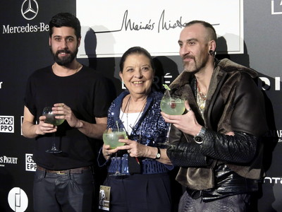 La directora de la Fashion Week Madrid, Cuca Solana, y los dise�adores Mois�s Nietoy Roberto L�pez Etxeberr�a posan tras acabar sus desfiles en la semana de la moda de Madrid, en febrero del 2013.