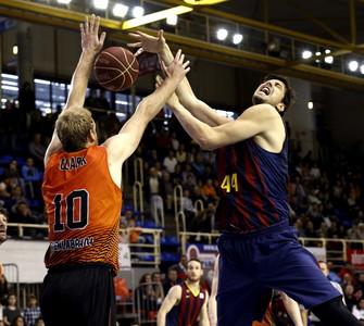 Clark del Montakit Fuenlabrada, intenta taponar Ante Tomic, del Barcelona, durante el partido correspondiente a la octava jornada de la fase regular de la ACB.
