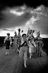 Cristina García Rodero: 'El danzante azul', tomada en 1980 en El Hito (Cuenca)