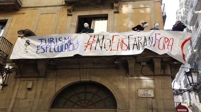 Vecinos del barrio gótico de Barcelona ocupan un piso turístico ilegal