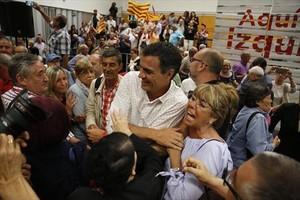 El exlíder del PSOE y candidato a las primarias Pedro Sánchez saluda a militantes socialistas en Viladecans, este jueves.