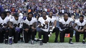 Jugadors de los Baltimore Ravens escuchan con la rodilla en el suelo el himno de EEUU antes de un partido de la NFL contra los Jacksonville Jaguars, en Wembley (Londres), el 24 de septiembre.