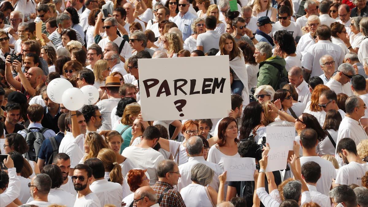 Manifestantes en Barcelona en favor del diálogo