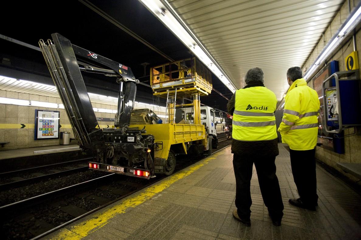 Trabajadores de Adif trabajan en el mantenimiento de la línea férrea en Barcelona.