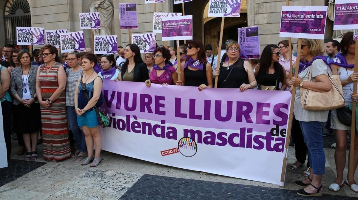 Concentración feminista contra la violencia machista ante el Ayuntamiento de Barcelona, el pasado junio.
