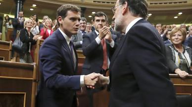 Albert Rivera y Mariano Rajoy se saludan, tras la votación de investidura en la que el candidato del PP logró su reelección.