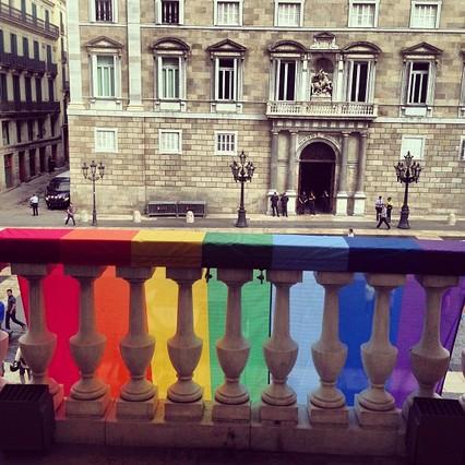 El Ayuntamiento de Barcelona cuelga la bandera gay
