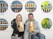 DISEÑO Y CALIDAD. Rosa Muñoz y Joan Blanch muestran dos de los productos de fruta dulce que comercializan, en Lleida.