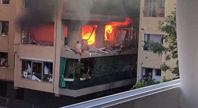 Chema, el presunto responsable de la explosi�n, en el balc�n de su piso, en Premi� de Mar.
