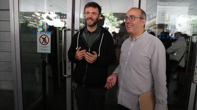 Dos concejales abren el Ayuntamiento de Badalona el 12 de octubre.