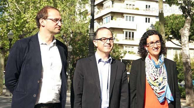 Encuentro entre Jordi Turull (CiU), Marta Rovira (ERC) y Joan Herrera (ICV-EUiA) horas antes de ir a Madrid donde defenderán ante el pleno del Congreso la propuesta del Parlament de petición de traspaso a la Generalitat de las competencias para organizar referendos.