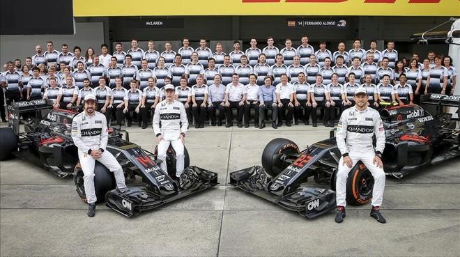 Fernando Alonso, el belga Stoffel Vandoorne y el britanico Jenson Button posan en el circuito de Suzuka.