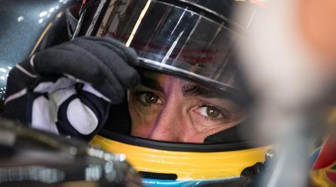 Fernando Alonso, en el interior de su McLaren-Honda.