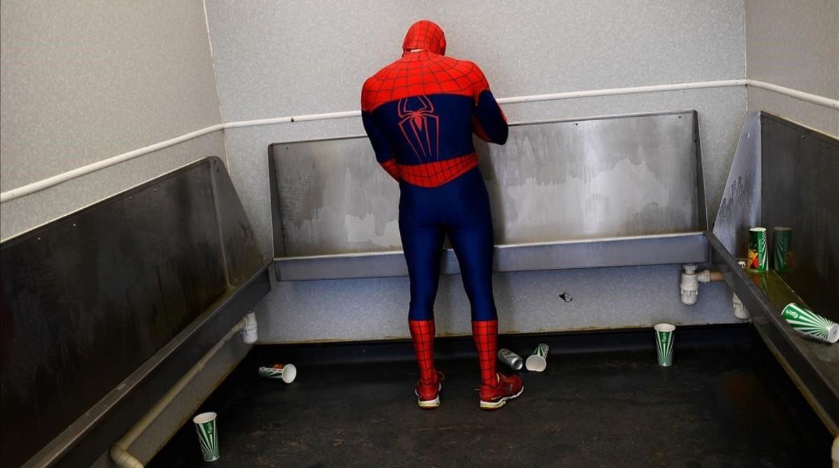 Spiderman en el festival de Glastonbury en Gran Bretaña.