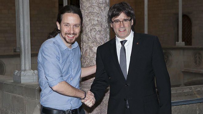Iglesias firma el pacto por el referéndum y Puigdemont le agradece el gesto
