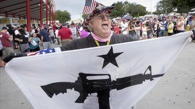 Fermín Vázquez,seguidor deDonald Trump, canta consignas en West Palm Beach, Florida.