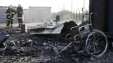 Un incendi arrasa un campament d'immigrants al nord de França