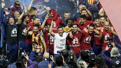 Los jugadores del Levante celebran el ascenso.