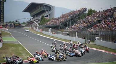 Los participantes de moto 2 trazan la primera curva del Circuit en una edición del Gran Premio de Catalunya.