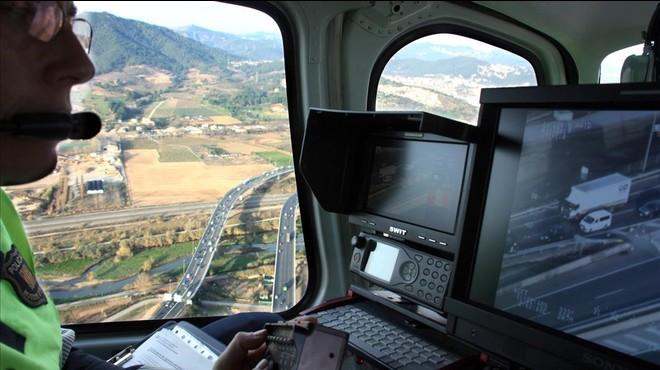 Trànsit extremarà la persecució de l'ús del mòbil al volant
