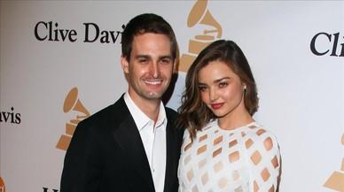 Miranda Kerr y su novio, el empresario Evan Spiegel, en la alfombra roja de los premios Grammy, el pasado mes de febrero en Beverly Hills.