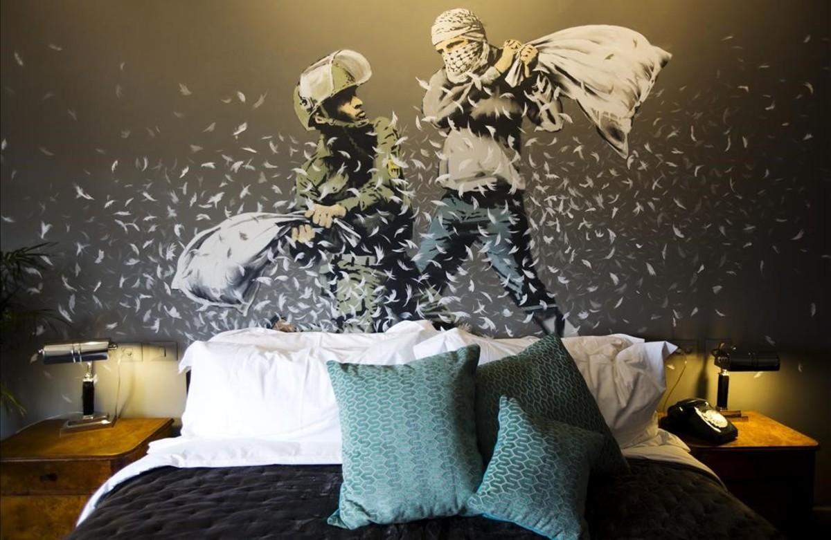 Un muralde Banksy en la pared deuna de las habitaciones de The Walled Off Hotel en la ciudad cisjordana de Belén.