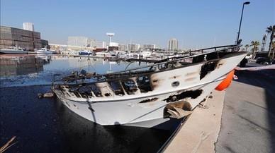 Los barcos hundidos en el Port del Fòrum tardarán días en ser reflotados