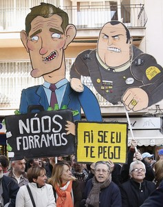 Los antimonárquicos muestran carticaturas durante la protesta.
