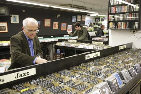 Un cliente mira discos en una tienda de Barcelona.