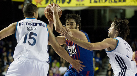 Navarro entra a canasta ante Hettsheimeir y Llull.