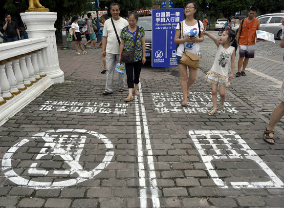 "China inventa el ""primer carril para usuarios de tel�fono m�vil"", en la ciudad de�Chongqing."
