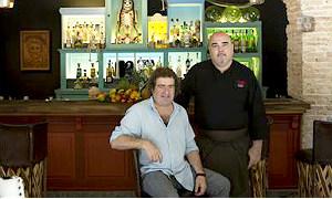 I�aki L�pez de Vi�aspre y Joan Bagur, en la mezcaler�a del restaurante Oaxaca