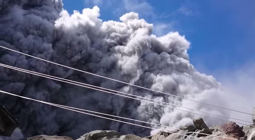 Una turista graba la erupci�n del volcan Ontake