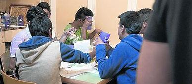 Un grupo de estudiantes come en un centro del Raval.