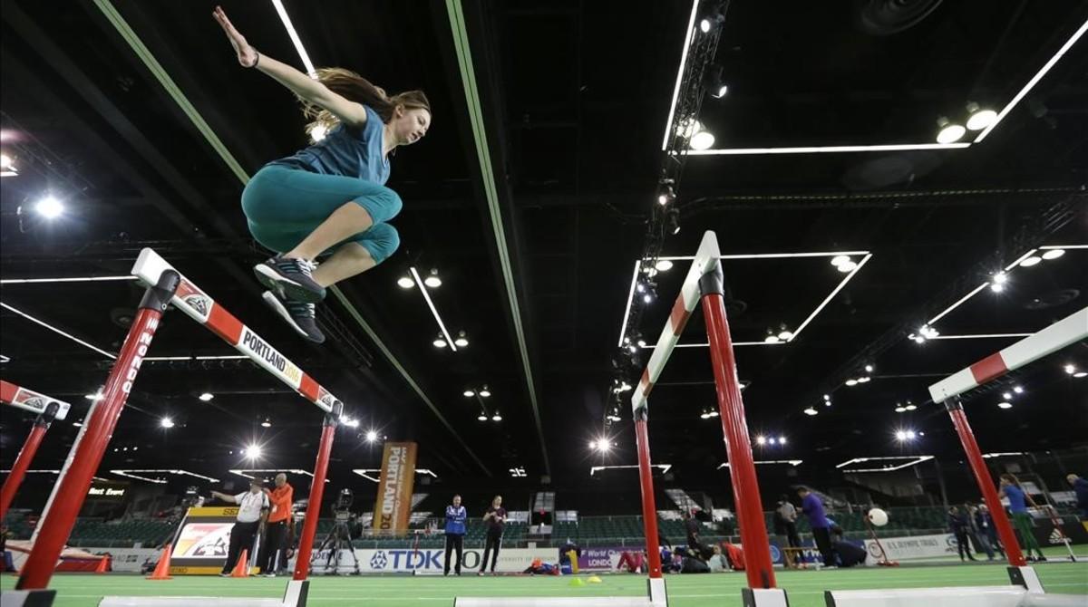 Una atleta practica sobre las vallas en Portland.