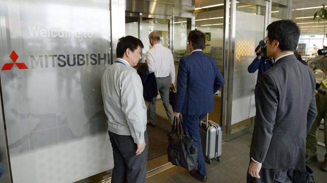 Funcionaris del Govern japonès inspeccionen les oficines de Mitsubishi