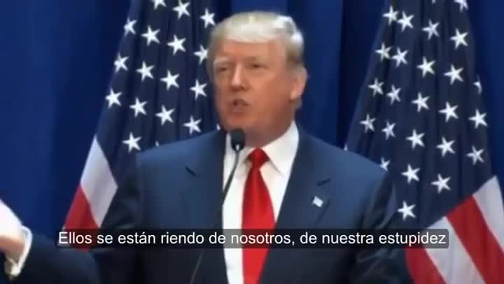 Donald Trump insultando a los mexicanos en uno de sus mítines de campaña.