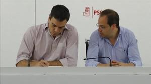Pedro Sánchez y César Luena, este lunes durante la reunión de la ejecutiva del PSOE.