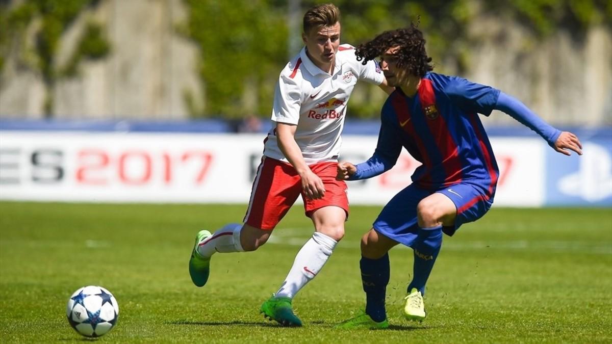 Cucurella, junto a un rival del Salzburgo.