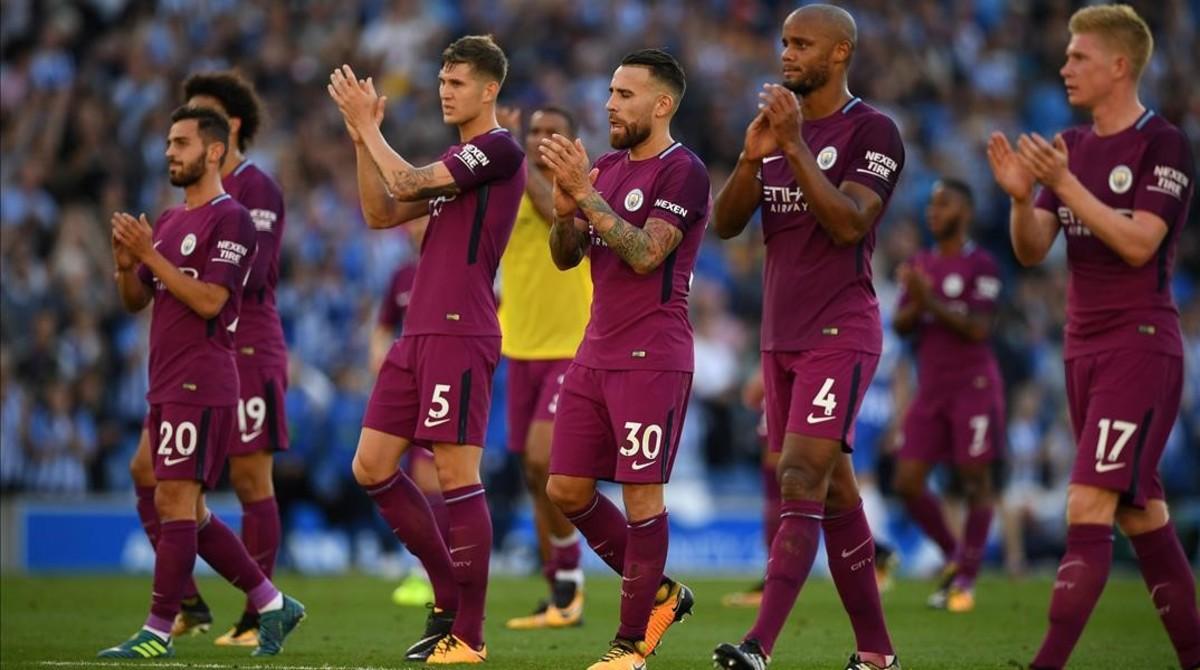 Bernardo Silva, Stones, Otamendi, Kompany y De Bruyne aplauden a sus aficionados tras el triunfo del Manchester City en Brighton.