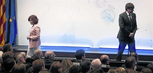 La vicepresidenta del Gobierno, Soraya Sáenz de Santamaría, y el presidente de la Generalitat, Carles Puigdemont, en un acto el pasado mayo.