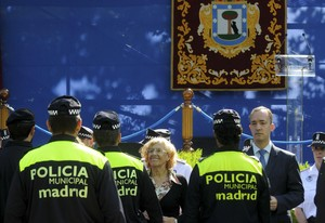 Manuela Carmena junto a la Policía Municipal