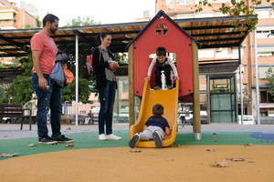Unos padres de Sant Boi disfrutan de las nuevas instalaciones de la Plaça Catalunya de la ciudad.